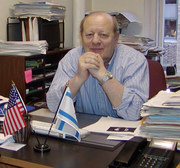 """Главный редактор газеты """"Форвертс"""" в своем кабинете, 2004"""